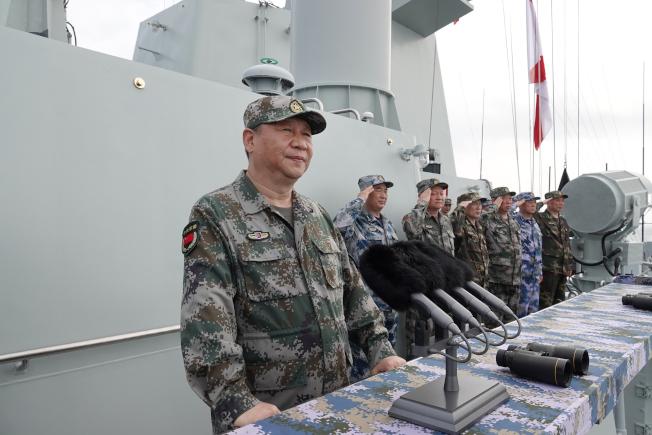 今年4月12日,中共中央軍委主席習近平在南海海域舉行海上閱兵,檢閱海上編隊,展示中國海上軍事力量。這被外界解讀為中國對外宣誓中國南海主權不容挑戰。(新華社)