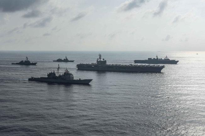 美國核母「雷根號」打擊群在8月底於南海與日本自衛隊海軍進行演習。有報導指,中國已控有南海,但仍不敵美軍。(路透)