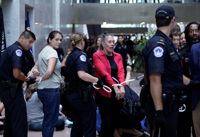 大批反對卡瓦諾的人湧現葛拉斯理辦公室外抗議,國會警察以擾亂公共秩序逮捕許多人。連日爭議發燒,卡瓦諾與福特都收到死亡威脅。(路透)