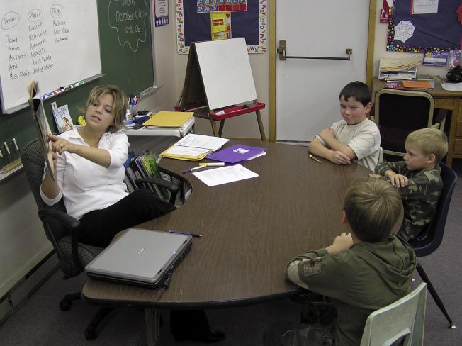 俄州中學老師向學生派發作業,希望促進多元關注與社會正義對話,卻意外引發爭議。圖為課堂討論示意圖。(美聯社)