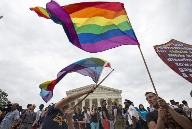 休士頓大學多元與包容中心主任妮雅.布萊爾表示,談論關於身分認同及環境差異等議題,有其必要。圖為人們揮舞彩虹旗支持同婚。(路透)