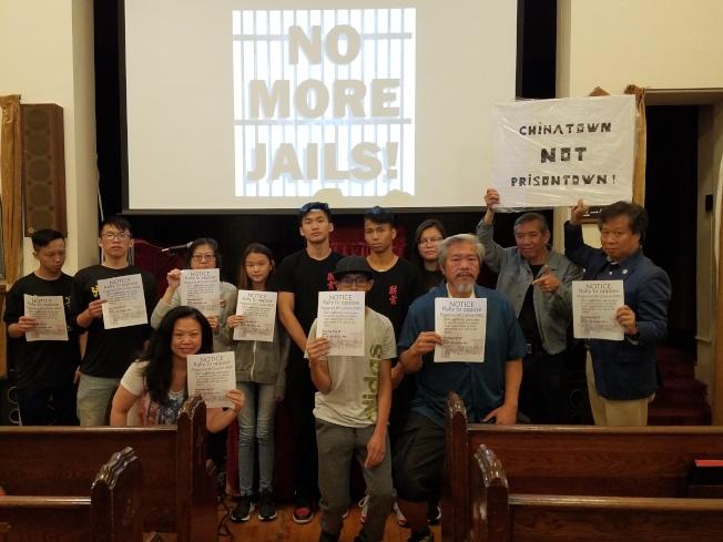 陳家齡與多名社區人士和高中志願者將27日示威傳單發至更多民眾手中。(陳家齡提供)