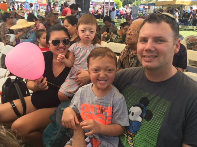 洋人David和Ruth帶一對兒女巧遇華人中秋慶會,樂不思返。(記者楊青/攝影)