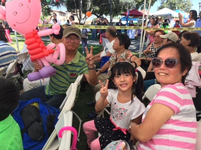阿罕布拉盧先生盧太太帶著小孫女參加中秋慶會。(記者楊青/攝影)