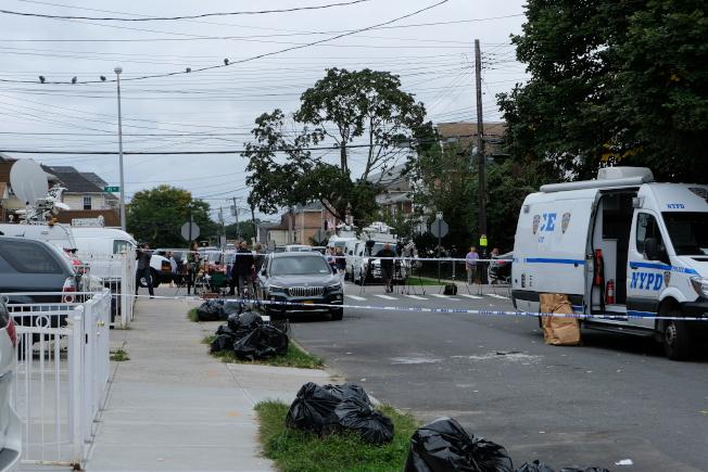 警方封鎖案發地點附近街區進行調查,眾多媒體記者到場。(記者曹健╱攝影)