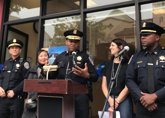 警局於30日舉辦防罪活動。左起為警指揮官拉薩、舊金山上海協會會長李美玲、警察局長史考特、市議員盧凱莉及灣景分局長福特。(本報檔案照片,記者李秀蘭攝影)