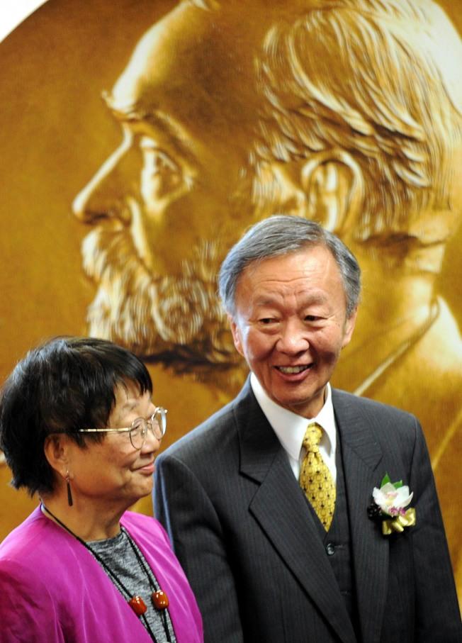 高錕與妻子2010年親臨香港中文大學校園,揭幕一項主題為「桂冠學人返故園」的高錕成就展。(新華社資料照片)