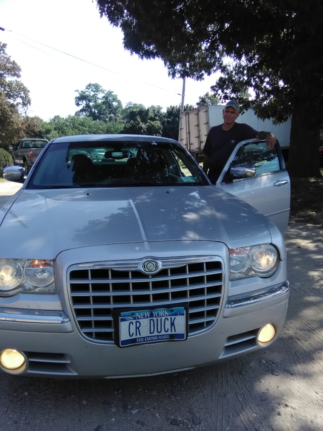 養鴨已經成為家族事業。長島新月鴨場柯溫的汽車牌照也是鴨子。(韓傑/攝影)