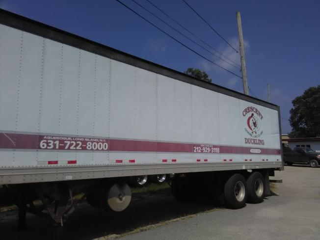 新月鴨場門口停有貨櫃車,每天把鴨肉送給訂戶。(韓傑/攝影)