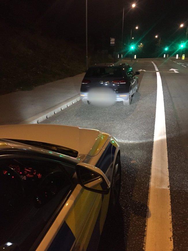英國警員皮爾森公布追緝黑色福斯汽車的畫面。圖/摘自皮爾森推特