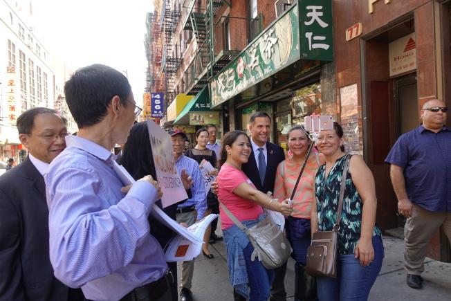 莫利拉羅(中)在華埠街頭與民眾互動。(記者金春香/攝影)