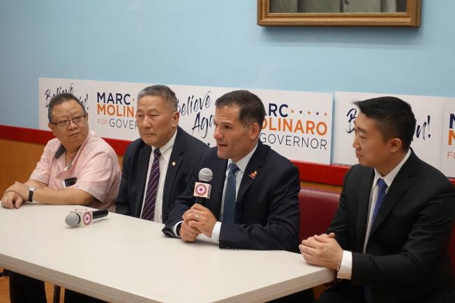 莫利拉羅(右二)在中華公所闡述執政理念。(記者金春香/攝影)