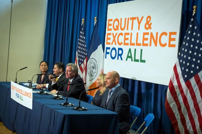 白思豪(右二)與卡蘭扎(左二)宣布紐約市學生的英語成績高於全州平均成績,且在數學上逐漸縮小與紐約州平均成績的差距。(市長辦公室提供)