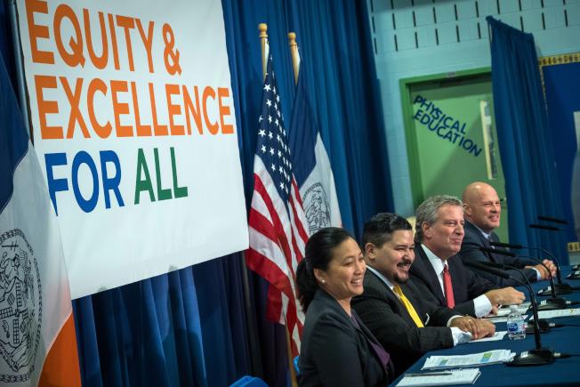 白思豪(左三)表示,學生在州會考中的不斷進步,代表市教育系統在穩步提升。(市長辦公室提供)