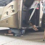 婦人捲入巴士車底 遭乘客踩頭頂疏散