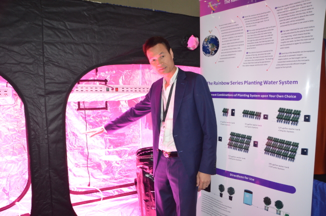 华人公司为种植大麻研发的LED灯。(记者王全秀子/摄影)