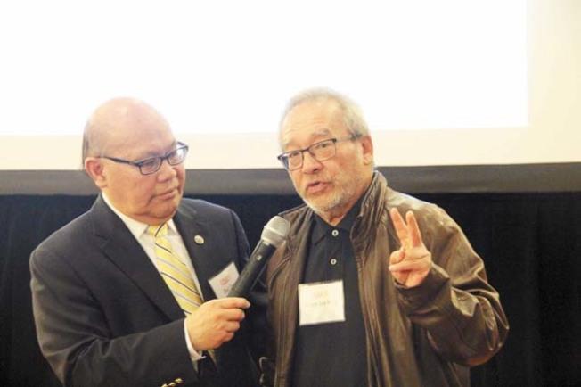 灣區主流電視台首位華裔出鏡記者周堅強(左)、1960年代舊金山紀事報最早的華裔記者之一的朱華強。(記者李晗/攝影)