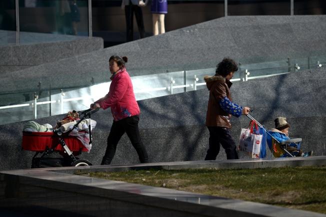中國移民申請政庇最普遍的理由之一是一胎化政策迫害,圖為中國的母親推著獨生子女。(Getty Images)