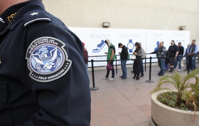美國為防堵新移民濫用福利,10月1日起實施更嚴厲規則,圖為美墨邊境大批入境者排隊等候進入美國。(美聯社)