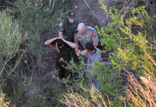 邊境巡邏隊在美墨邊界逮捕偷渡客。(Getty Images)