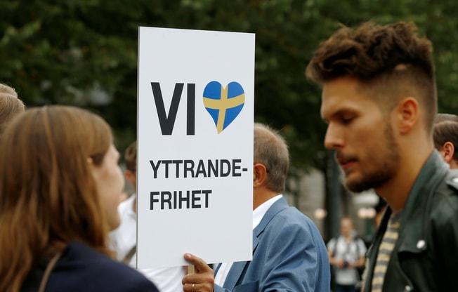極右派的瑞典民主黨崛起,可能拿下數一數二大黨的地位。圖為一場瑞典極右派示威集會,招牌寫著「我們熱愛言論自由」。路透
