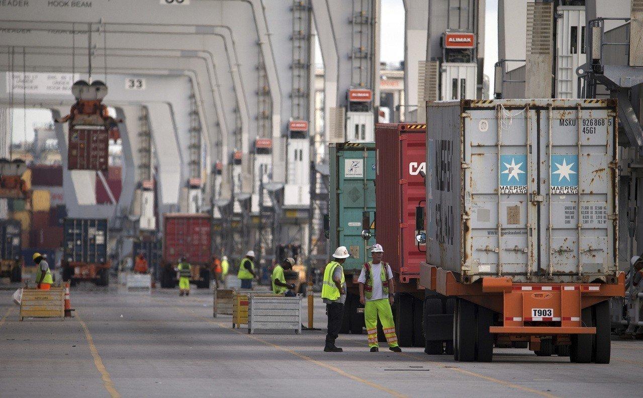 13日公布的調查顯示,設在中國的美國企業深切感受貿易戰的衝擊,呼籲川普改弦更張。 (美聯社)