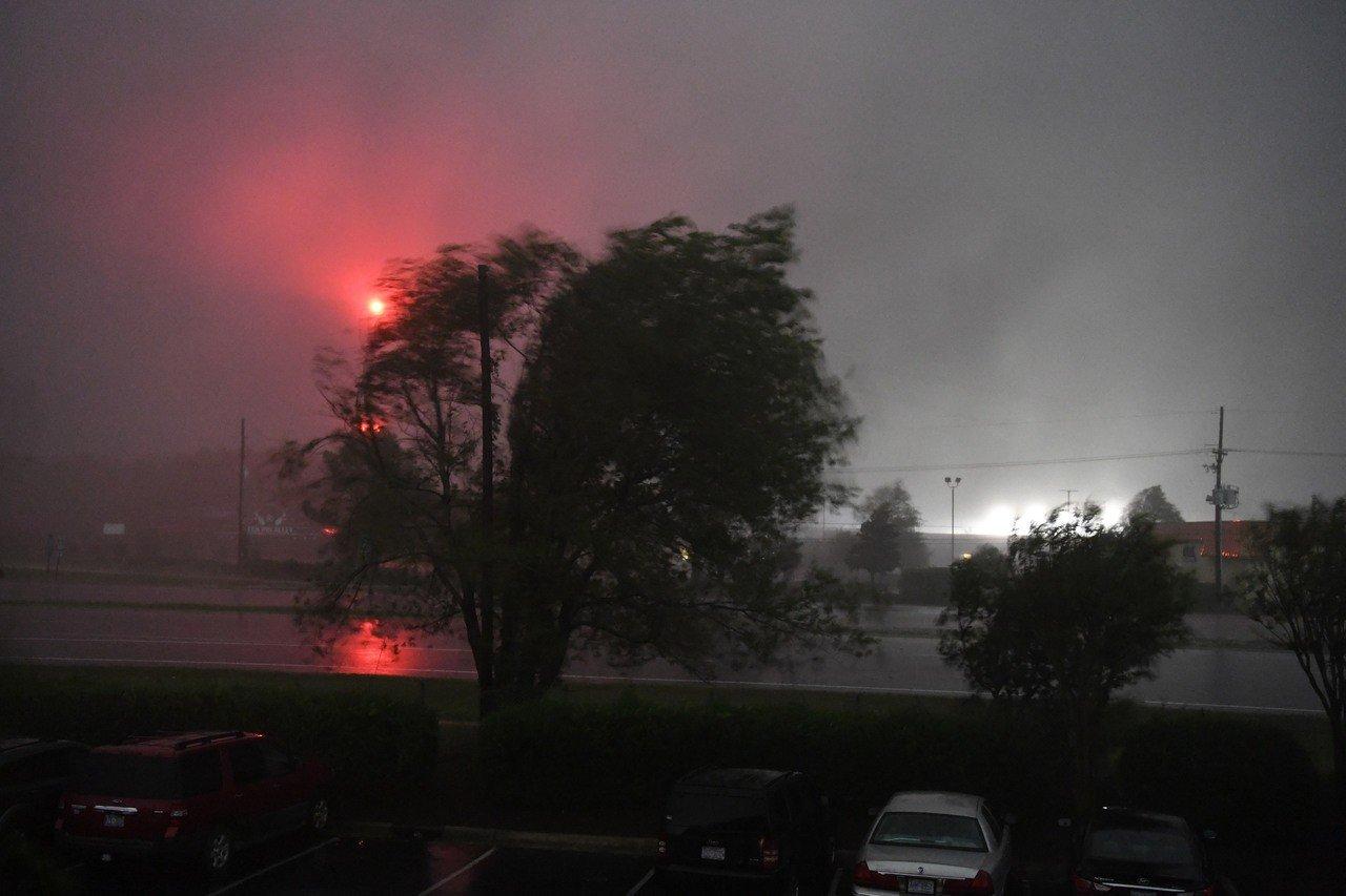 佛羅倫斯颶風襲美,造成北卡羅來納州數百位民眾住宅四周遭淹沒而孤立無援。 新華社