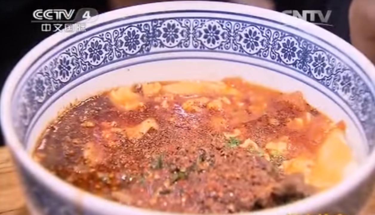 「biángbiáng麵」為流行於陝西關中地區的一種知名傳統風味麵食,麵寬而厚,口感勁道,食用前加入各色臊子或油潑辣子。(圖/截自CCTV)