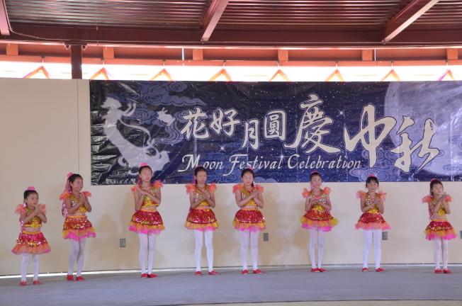 小朋友表演身著民族服飾表演舞蹈。(記者王全秀子/攝影)