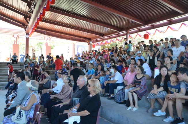 擴建後的舞台下坐滿觀眾。(記者王全秀子/攝影)