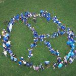 社區老人與英華國際學校學生共組人類和平圖案陣型