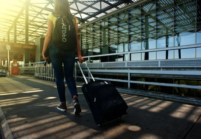 航空公司行李託運費用愈來愈貴,如果可以,不妨直接帶一件不託運的行李上機,不僅可省錢,下機不需等行李,更不用擔心行李遺失的問題。(取自Pexels)