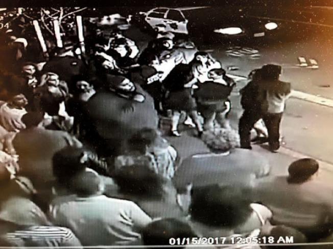 華埠北岸區百老匯街許氏夜總會外,半夜經常有人群聚集,並曾發生暴力事故。(本報檔案照片)