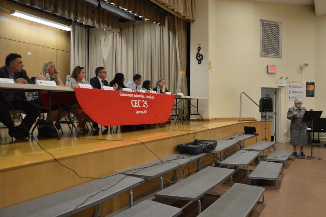 史塔文斯基(發言者)表示反對廢除SHSAT考試,但支持增加特殊高中學生多元化的生源。(記者牟蘭/攝影)