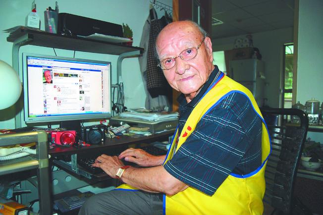 老人開始玩臉書,年輕人開始脫逃。(本報資料照片)