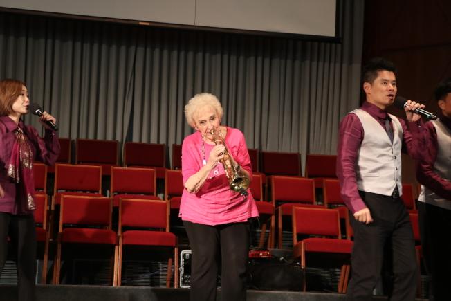 彭蒙惠和天韻合唱團來美開唱,在台上吹起小喇叭仍神彩飛揚。(本報資料照片)