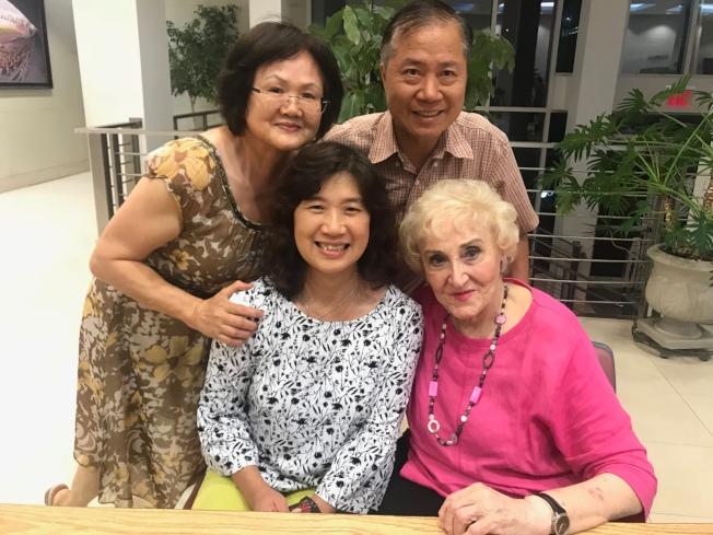 彭蒙惠來美時,常有華裔學生和教友趕來和她見面。(國際婦女慈善協會提供)