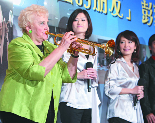彭蒙惠84歲時出版自傳,她在自傳發表會中吹奏小喇叭,並強調不把自己當成「 外國人」。(本報系資料照片)