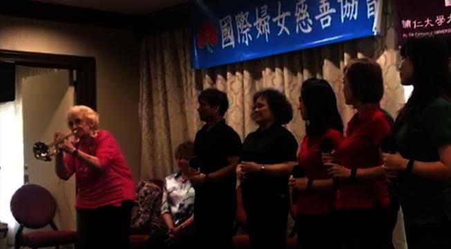 彭蒙惠和天韻合唱團來美開唱,在台上吹起小喇叭仍神采飛揚。(國際婦女慈善協會提供)