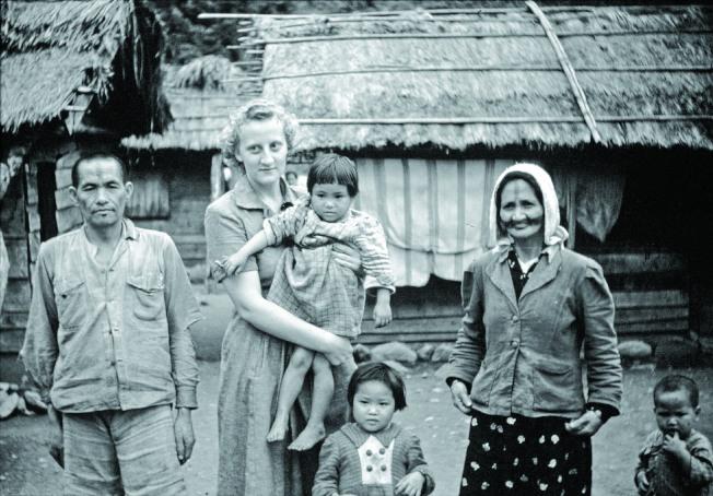 彭蒙惠25歲抵台灣花蓮宣教,和當地居民成了好友。(救世傳播協會提供)