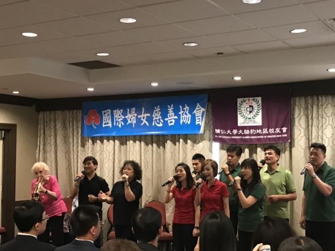 彭蒙惠率天韻合唱團來美,她和團員一起上台,還吹起小喇叭為大家伴奏。(國際婦女慈善協會提供)