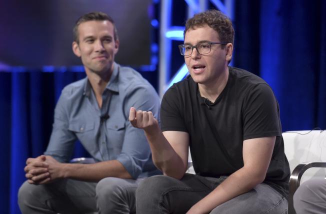 曾任歐巴馬總統首席撰稿人的法弗洛(左),與前白宮幕僚Jon Lovett(右)等人,成功從華府轉換職涯至好萊塢,2017年成立自由派媒體公司Crooked Media,專門製播政治類的網路廣播節目。(美聯社)