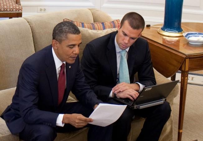 曾任歐巴馬總統首席撰稿人的法弗洛(右),成功從華府轉換職涯至好萊塢,2017年成立自由派媒體公司Crooked Media,專門製播政治類的網路廣播節目。(白宮Flickr相片集)