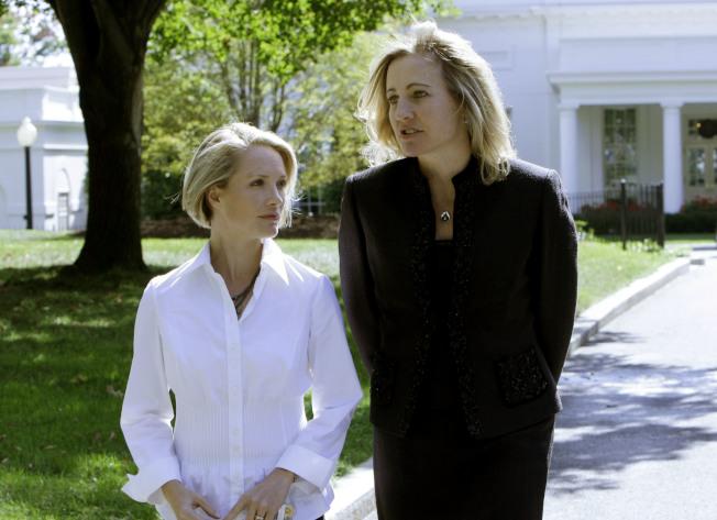 邁爾斯(右)是史上首位女性白宮發言人,後來成功轉職至好萊塢,圖為2007年12月她拜訪首位共和黨白宮女性發言人黛娜.佩里諾(Dana Perino)。(美聯社)