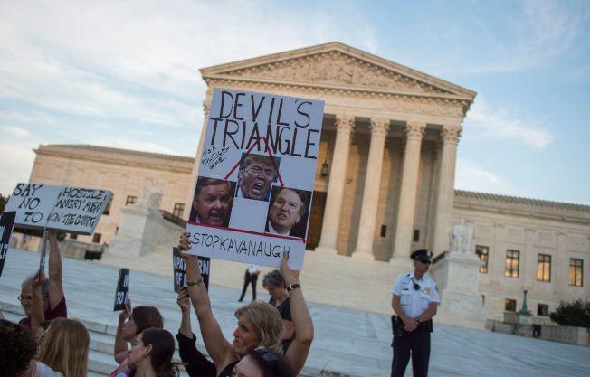 反對任命卡瓦諾為大法官的呼聲越來越高,民調也顯示反對力量。圖為民眾徹夜在最高法院前示威抗議。(路透)
