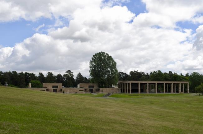 1940年完成了火葬場和旁邊的聖十字教堂,前方是大片草地。