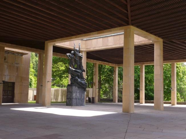 火葬場旁,聖十字教堂廊廳為一座象徵「重生」的雕塑「開天窗」。