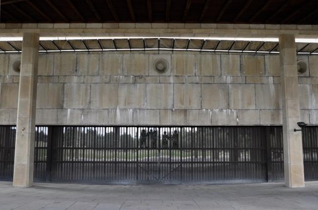 火葬場右邊教堂柵門不同於一般對開,開啟時往地平線下開啟迎賓。金屬門欄上浮雕,左邊是「生」,右邊是「老」。