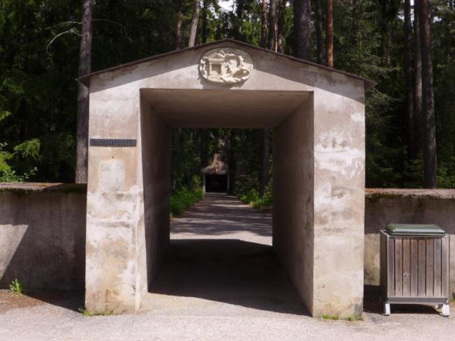 隱約森林中,穿過這窄門,盡頭是座很小的教堂,能容少許近親友在這靜默追思。