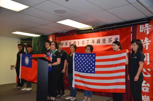 橙縣台灣同鄉聯誼會會長李雙雙(前排中)帶領僑胞們高唱中華民國國歌和美國國歌。(本報記者/攝影)